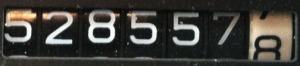 528557